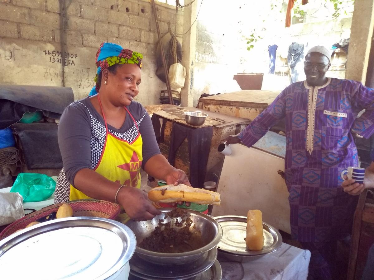 Das beste Frühstück und den besten Kaffee gibt´s am Strand von Dakar gleich neben dem CVD