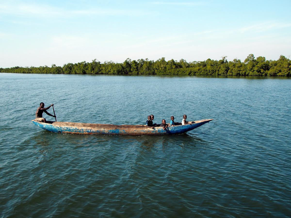 Fischer mit Kindern beim Netze auslegen