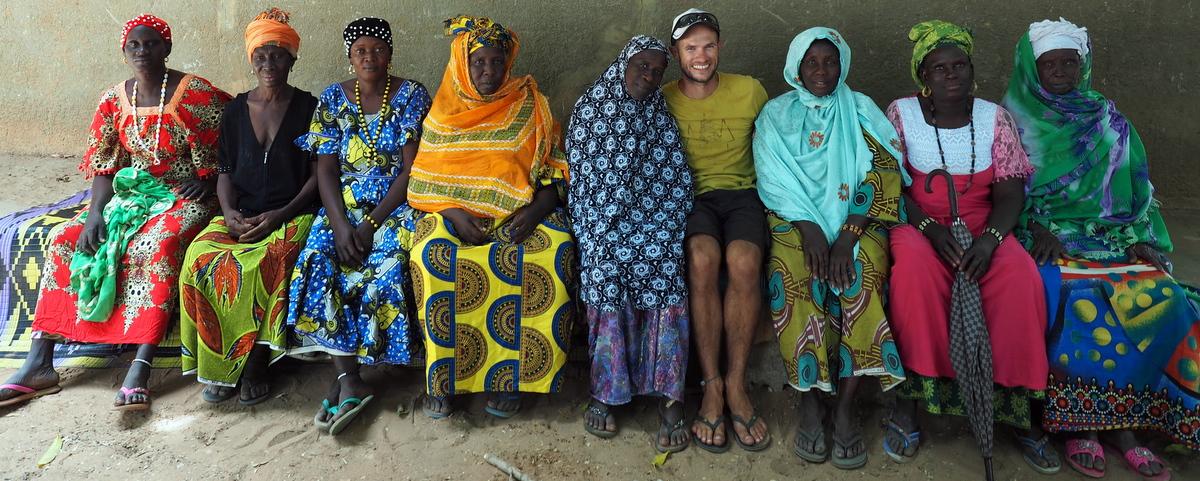 """Die Damen des """"Mothers Club"""" haben sich extra herausgeputzt, um den """"Toubab"""" zu begrüßen"""