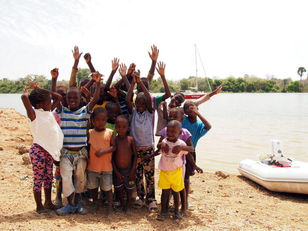 Kids und aracanga in Gambia