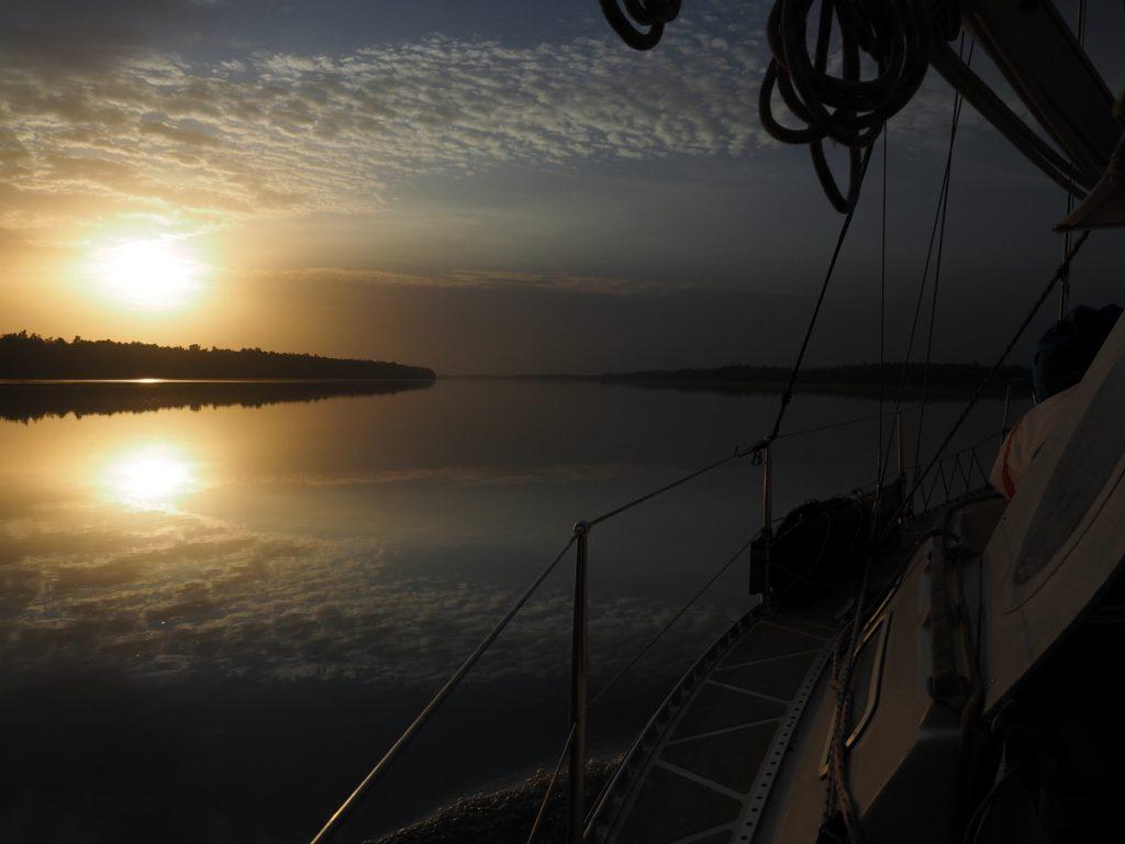 Gambia Erfahrungen - Die aracanga auf dem Fluss bei Sonnenaufgang