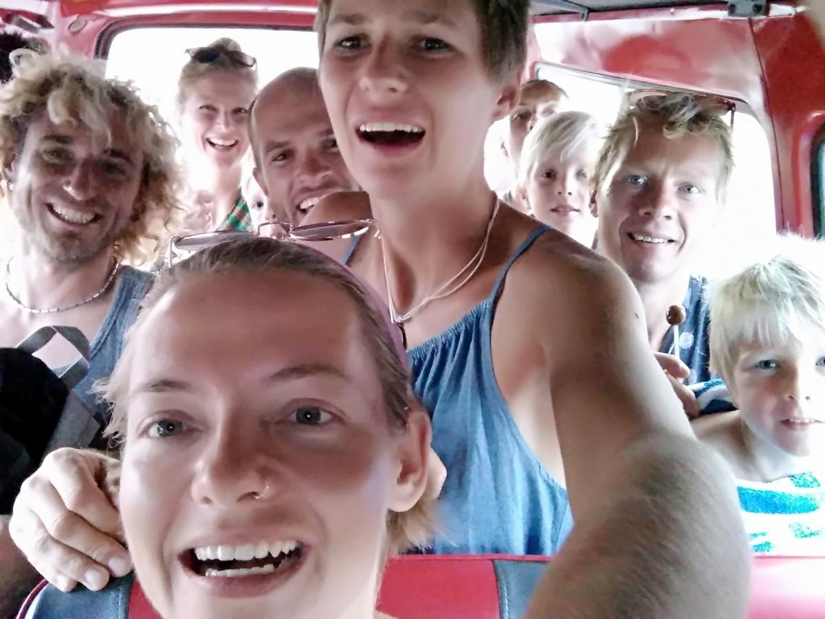 Die ganze Gang auf dem Weg zum Strand