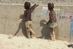 Kinder am Strand von Santa Maria