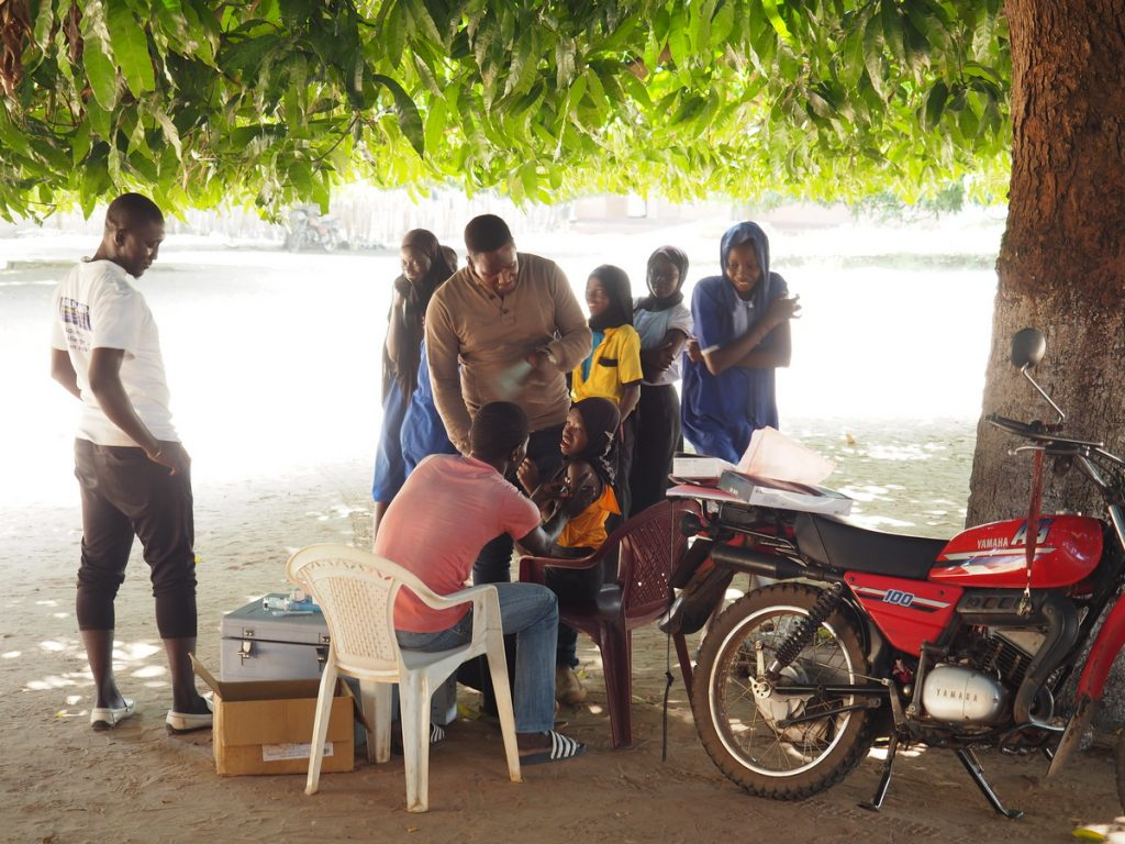 Impfungen im Schatten des Mangobaums