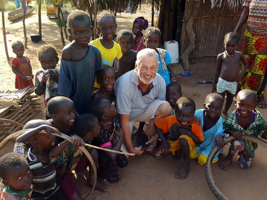 Gambia Erfahrungen - Peter inmitten Gambianischer Kinder