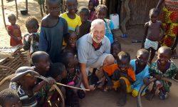 Peter inmitten Gambianischer Kinder