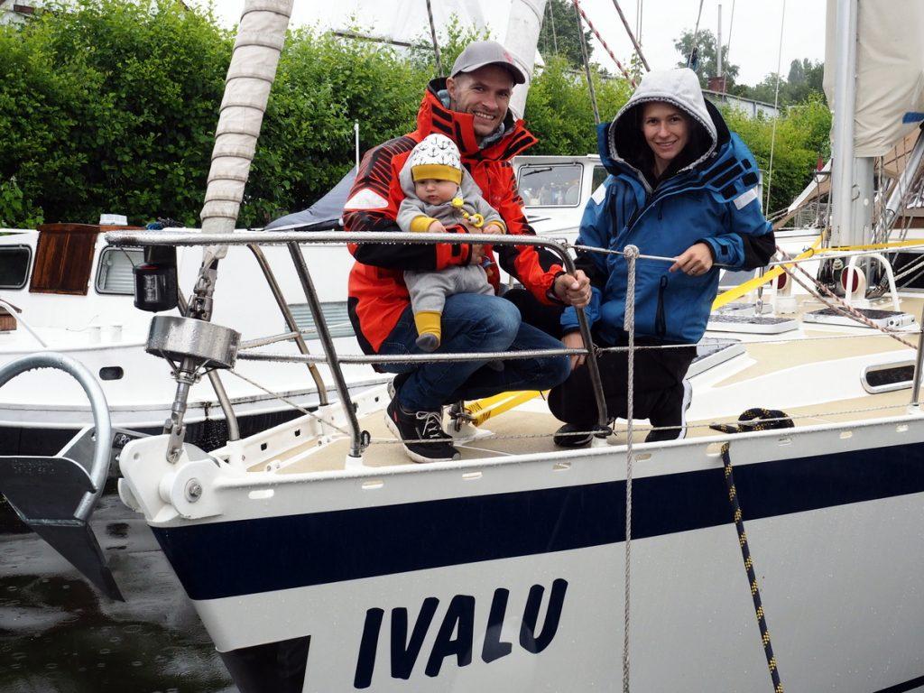 Kira Martin und Riki an Bord der Ivalu