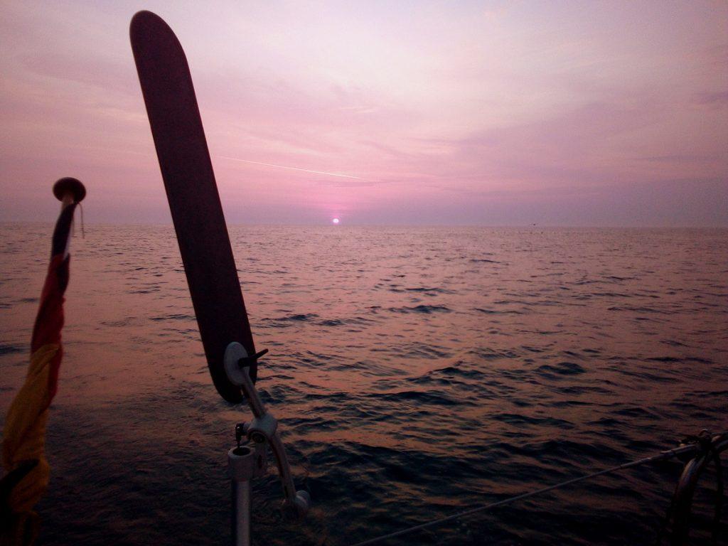 Windfahne und Sonnenaufgang