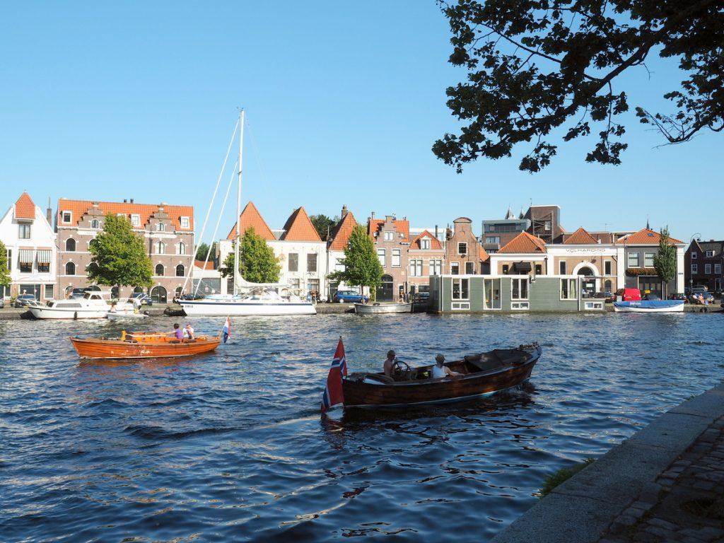 Klassische Boote und die Ivalu in Haarlem an der Staande Mastroute