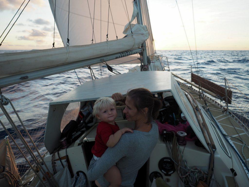 Riki und Kira im Cockpit während der Atlantiküberquerung