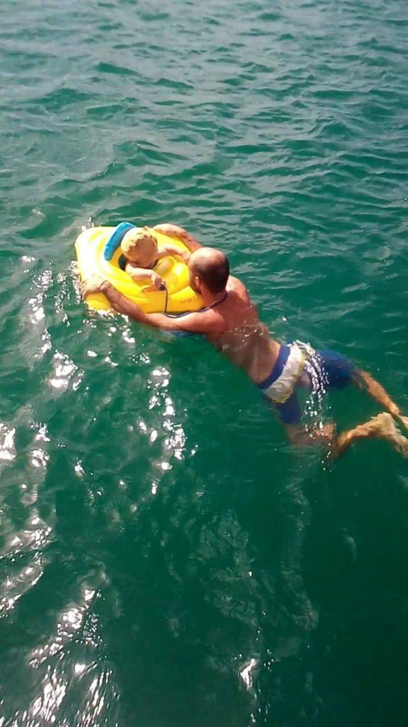 Kira liebt ihren gelben Schwimmring