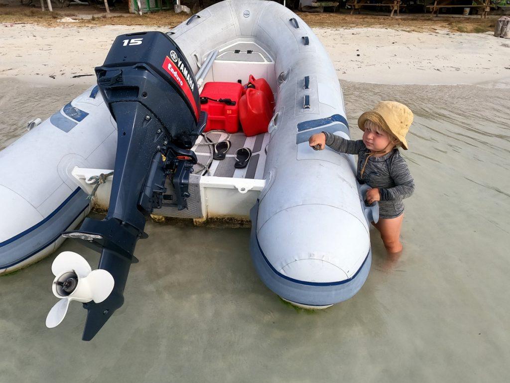 Kira und das Dinghi am Strand von Hog Island