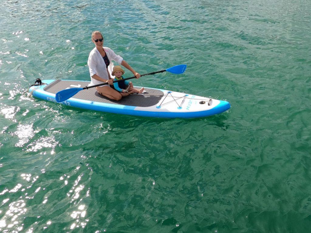 Riki und Kira auf dem SUP auf dem Weg zum Strand von Hog Island