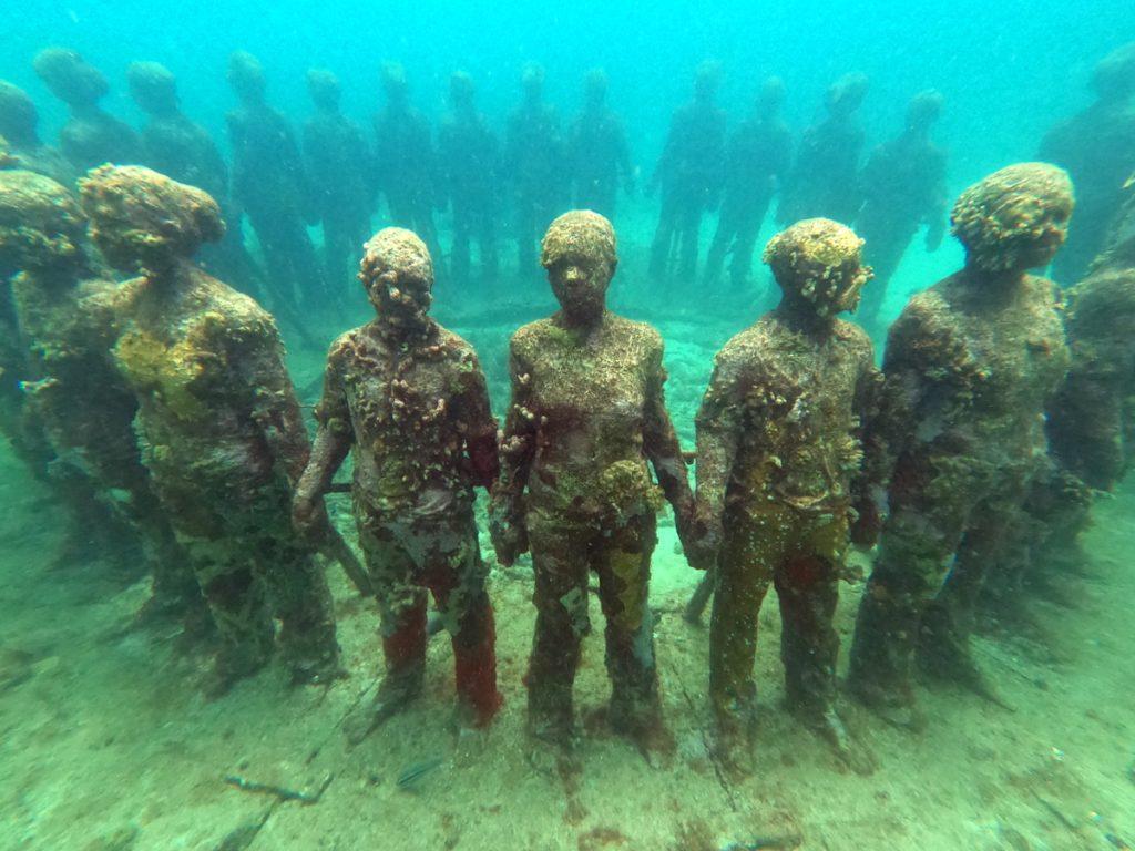 Eine Gruppe von Kindern hält sich an der Hand - Grenada Sculpture Park
