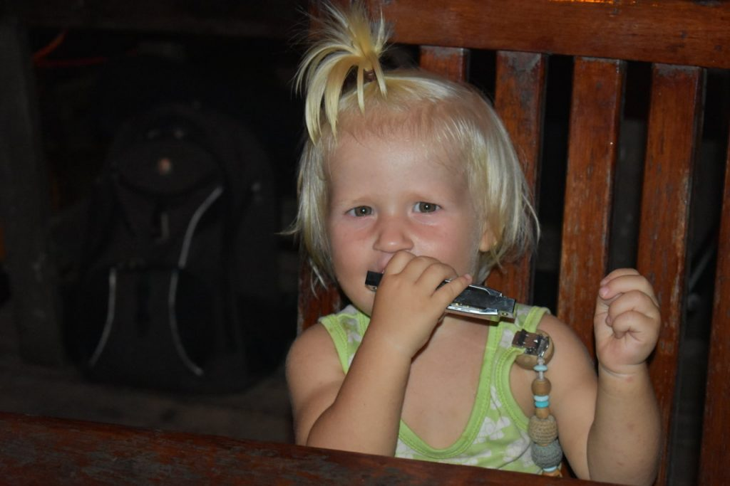 Kira mit Mundharmonika